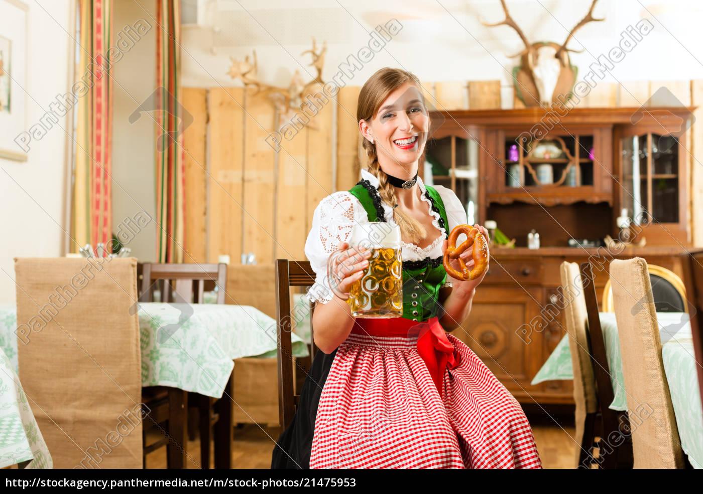 junge, frau, im, traditionellen, bayerischen, tracht - 21475953
