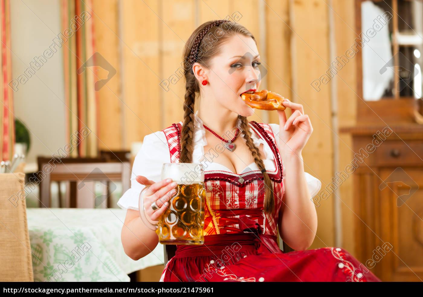 junge, frau, im, traditionellen, bayerischen, tracht - 21475961