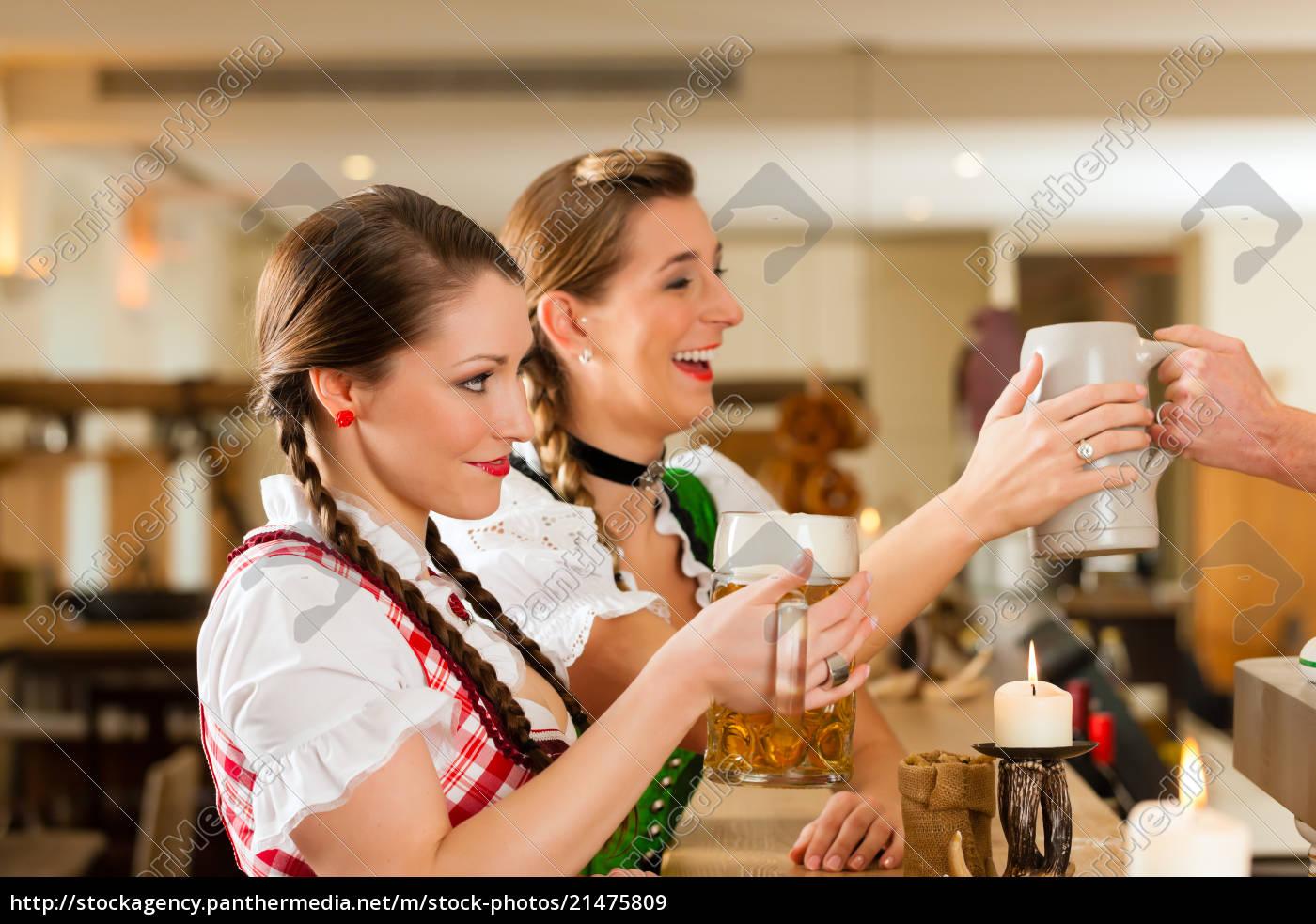 zwei, junge, frauen, im, traditionellen, bayerischen - 21475809
