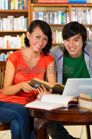 studenten in der bibliothek sind eine