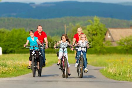 familie mit kindern radfahren im sommer