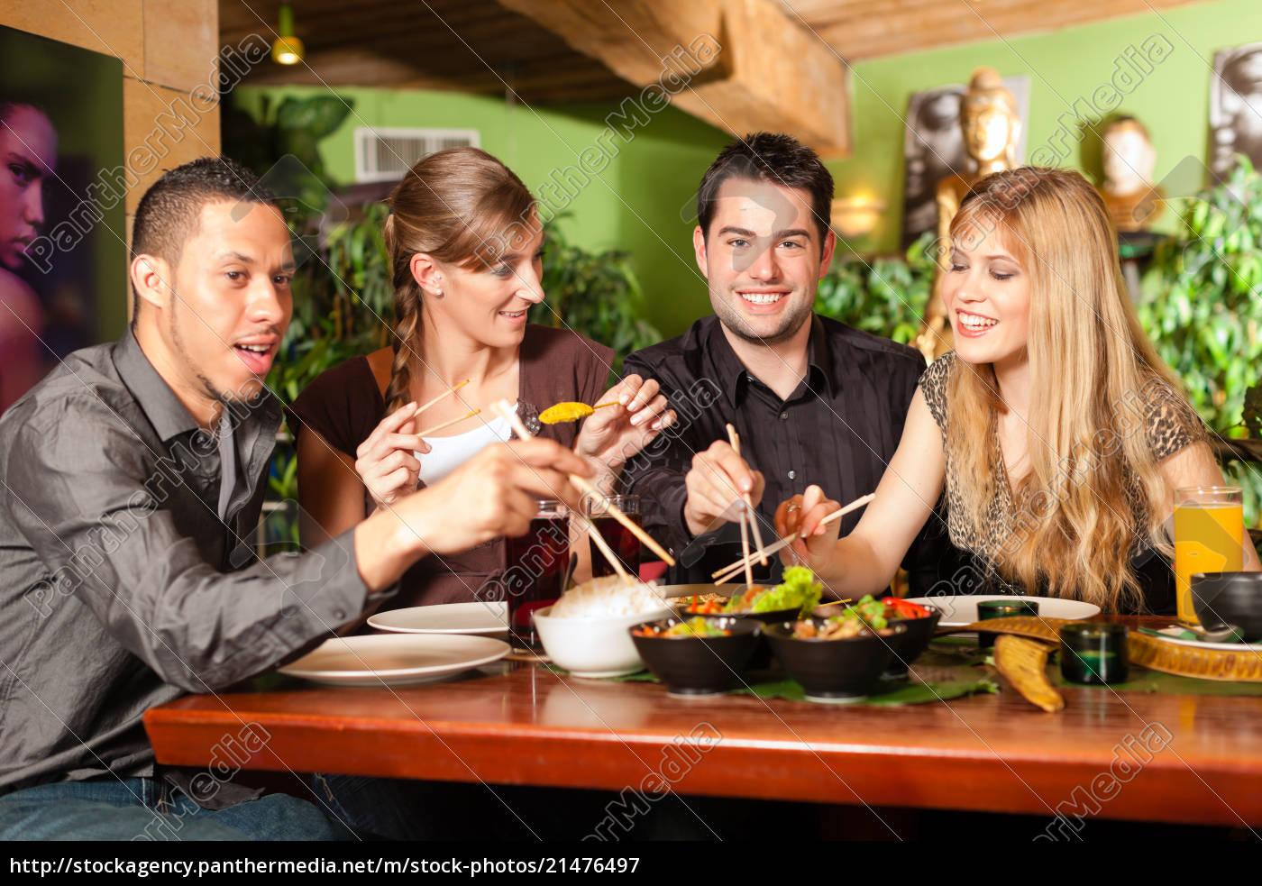 junge, leute, essen, in, thailändischem, restaurant - 21476497