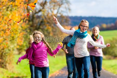 familie gehen spaziergang im herbst wald