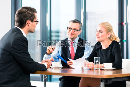 business jobinterview und vertragsunterzeichnung