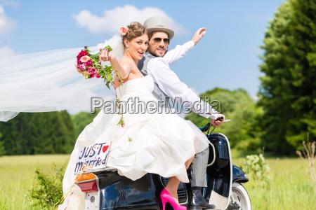 hochzeitspaar auf motorroller gerade verheiratet