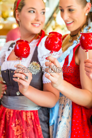 friends eating candy apples at oktoberfest