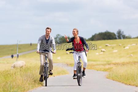 paar mit seekueste fahrradtour auf decke