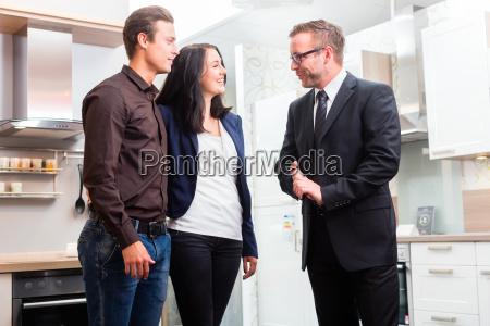 ehepaar konsultieren verkaeufer fuer hausmannskost