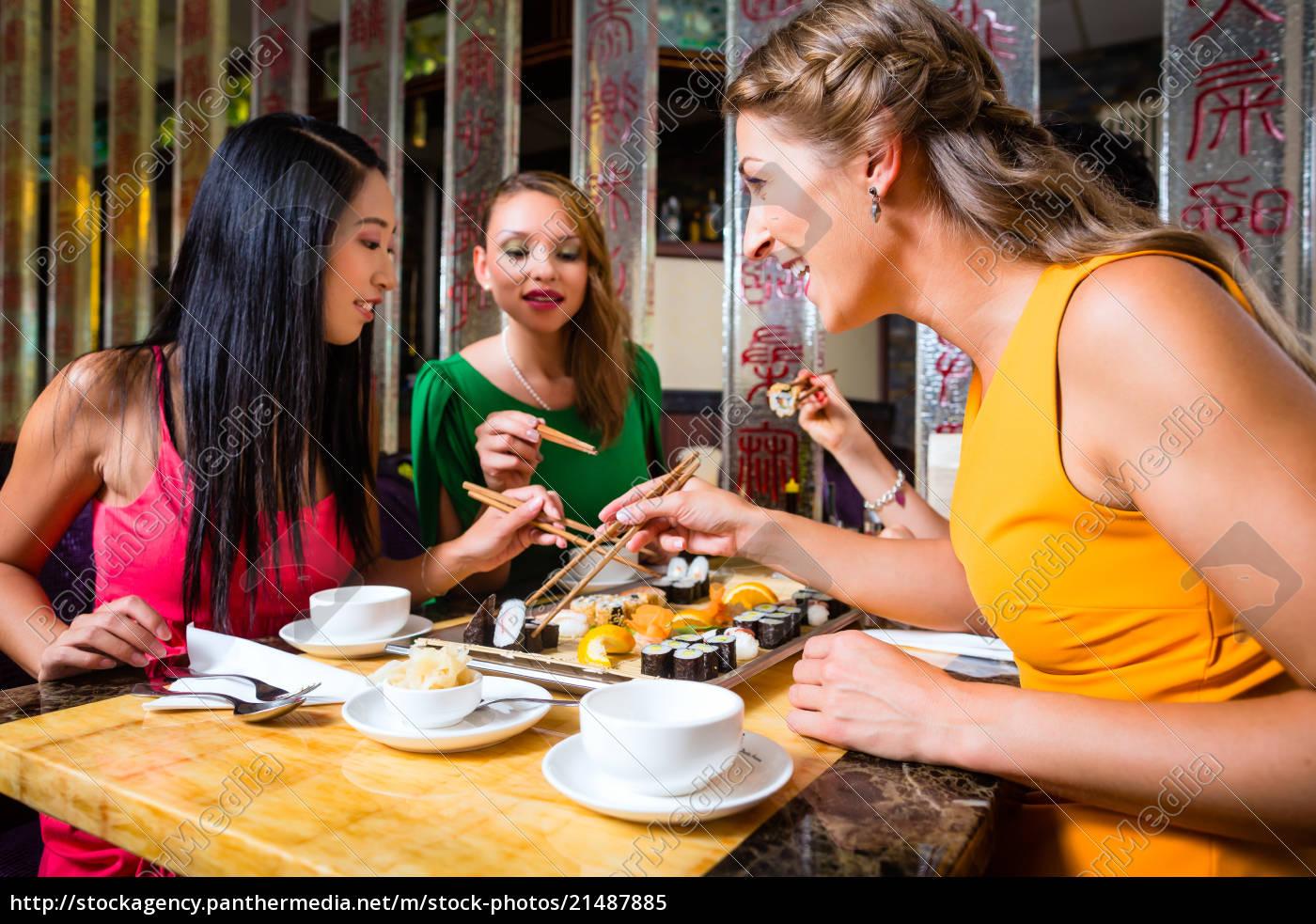 junge, leute, essen, sushi, im, asiatischen - 21487885