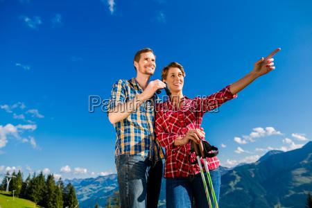 paar geniesst aussicht auf die berge