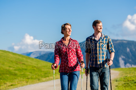 paar macht nordic walking uebung in