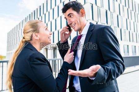 flirt am arbeitsplatz frau neckt