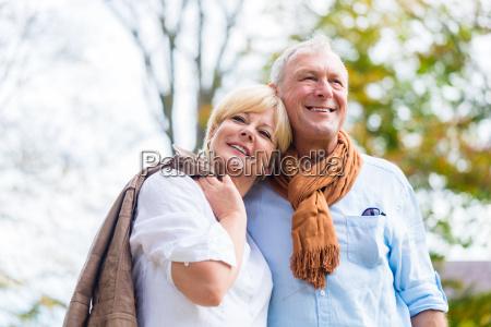 seniorenpaar umarmt sich liebevoll
