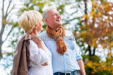 aelteres paar umarmt sich liebevoll