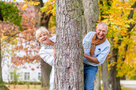 senior paar flirten spielen um baum