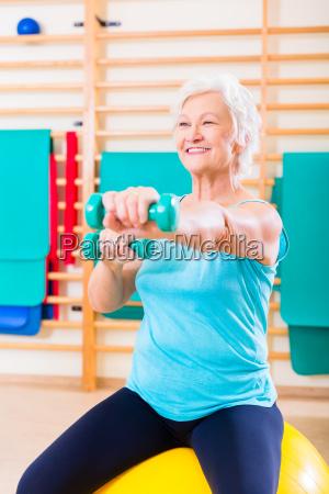 senior frau macht fitness sport in