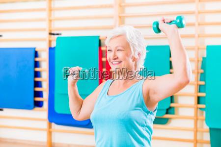 aeltere frau fitness sport in fitness