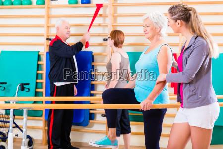 senioren in koerperlicher rehabilitationstherapie