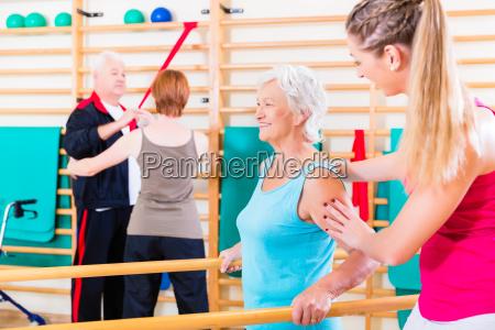 senioren in der physikalischen rehabilitationstherapie