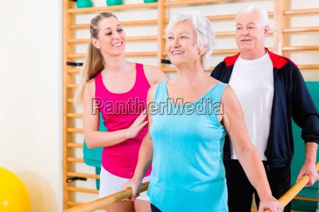 senior bei der rehabilitation in der