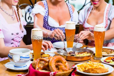 frauen essen das mittagessen im bayerischen