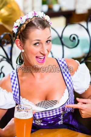 bayerische frau mit spielkarten in ihren