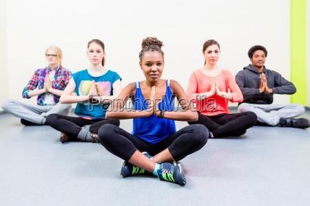gruppe fuer freunde in yoga klasse