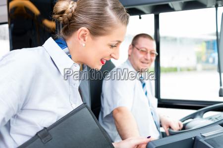 bus oder busfahrer und fremdenfuehrer