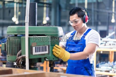 asiatische arbeiter in der fabrik auf