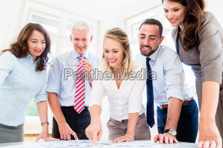 business team in strategie treffen diskutieren