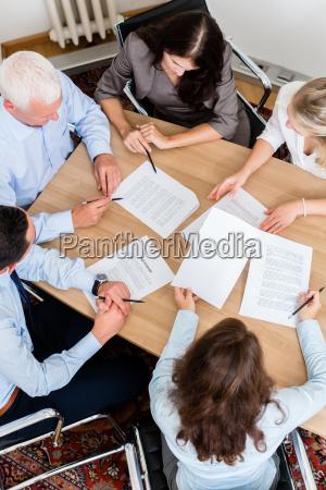 rechtsanwaelte mit team treffen in anwaltskanzlei