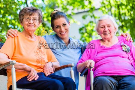 geriatrische krankenschwester mit chat mit aelteren