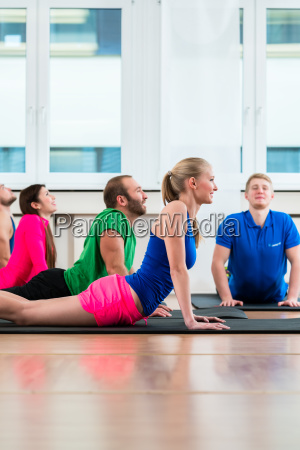 freizeit athleten tun yoga uebungen in