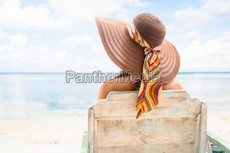 weibliche touristen entspannen in liegestuhl am