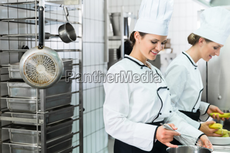 kantine kueche mit koeche waehrend des