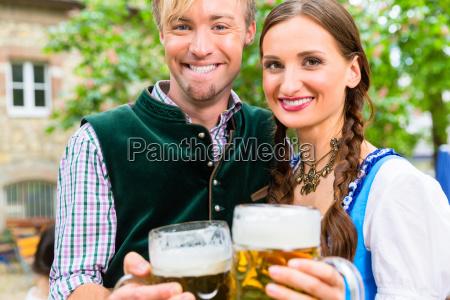 paar, trägt, tracht, posiert, mit, brille - 21504959