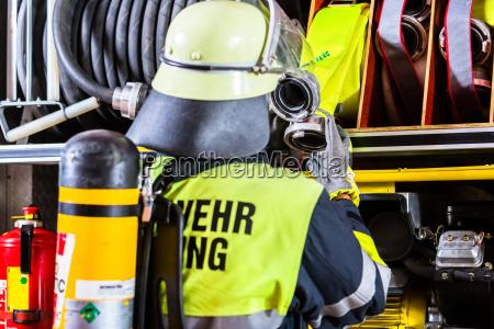feuerwehrmann mit atemschutz und sauerstofftank
