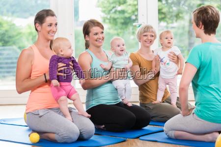 frauen und ihre babys im mutter
