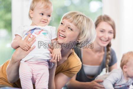 junge muetter und ihre kleinen kinder
