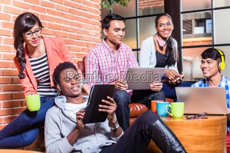 gruppe von vielfalt college studenten lernen