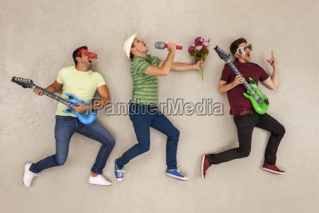 freunde spielen musik in einer rockband