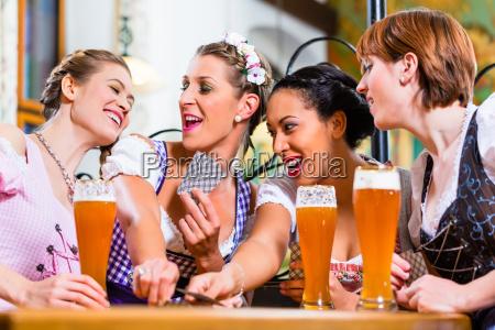 frauen in bayerischen pub spielkarten