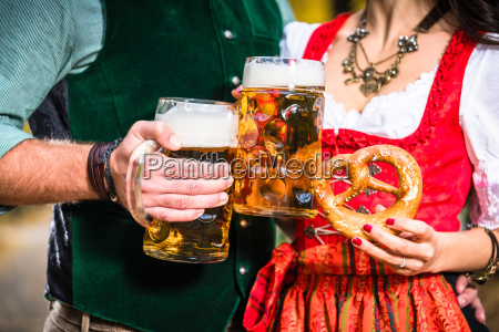 haende halten bier und brezeln detail