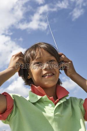 portraet von laechelnden jungen mit empfaenger