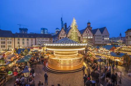 deutschland frankfurt drehendes karussell auf weihnachtsmarkt