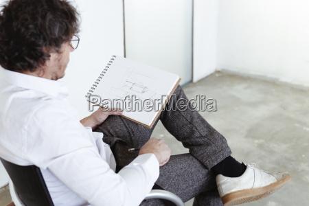 architekt der an der baustelle skizziert