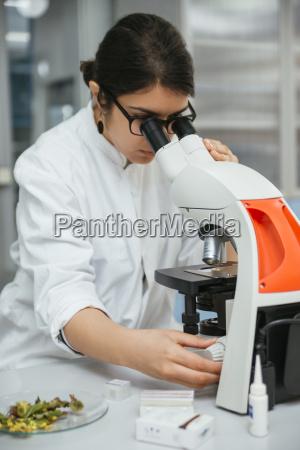 labortechniker mit mikroskop im labor