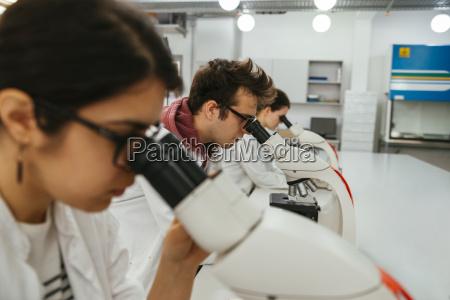 labortechniker mit mikroskopen im labor