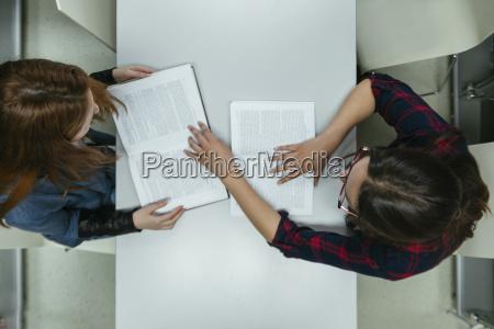 zwei schueler lernen zusammen in einer