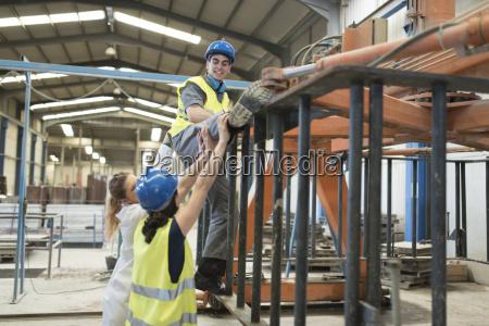 arbeitsstelle industrie arbeitskleidung zusammenarbeit werk fabrik